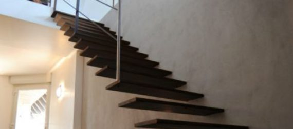 Escalier à console murale